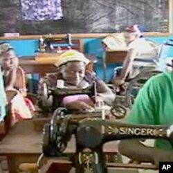 Des femmes handicapées s'initiant à la couture