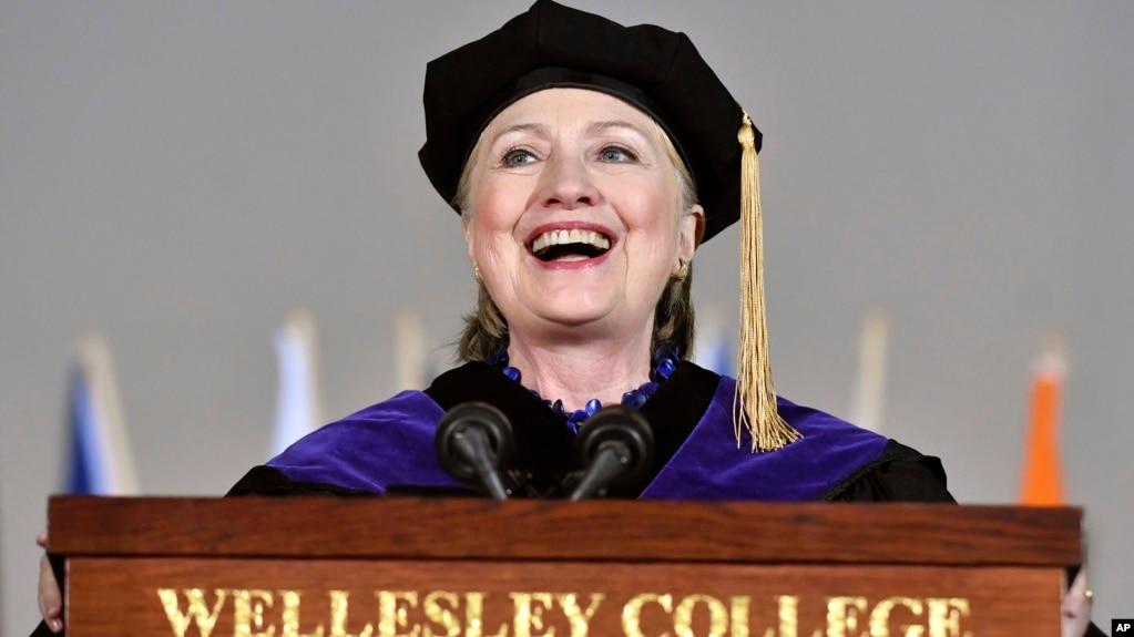 Bà Hillary Clinton đọc bài diễn văn trong buổi lễ tốt nghiệp của những sinh viên tại Đại học Wellesley toàn nữ hôm thứ Sáu, ngày 26 tháng 5, 2017 ở thành phố Wellesley, bang Massachusetts.