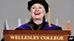 Mantan Menlu AS Hillary Clinton memberikan pidato pada hari wisuda perguruan tinggi Wellesley, hari Jumat (26/5).