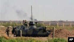 시리아군의 포격을 받은 터키 국경 마을 악차칼레 근처의 터키군들
