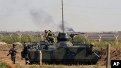 Tentara Turki berjaga di kota perbatasan Tel Abyad di Akcakale, Turki (Foto: dok). Menurut kantor berita pemerintah Turki, Anatolia, militer Turki telah membalas kembali serangan Suriah, Sabtu (6/10).