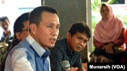 Ketua KY Suparman Marzuki, didampingi sosiolog Arie Sujito (tidak terlihat) dan Busyro Muqodas (kanan) di kantor Institute for Research And Empowerment (IRE), Yogyakarta, Kamis, 19 Februari 2015 (Foto: VOA/Munarsih).