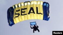 Một biệt kích Seal biểu diễn kỷ năng tác chiến