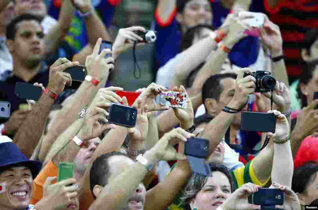Como qualquer japonês que se preze os flashes durante o jogo do Japão frente à Costa do Marfim só pararam quando a bateria acabou. Recife, Brasil, Junho 14, 2014