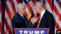 도널드 트럼프 당선인(오른쪽)이 마이크 펜스 부통령 당선인과 손을 맞잡으며 기쁨을 나누고 있다.