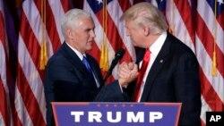 9일 새벽 미국 뉴욕에서 도널드 트럼프 대통령 당선자(오른쪽)가 연설에 앞서 마이크 펜스 부통령 당선자와 손을 맞잡고 있다.