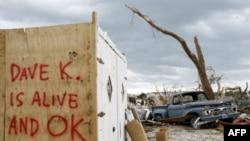 """Разрушенный торнадо город Джоплин. Надпись гласит: """"Дэйв К. жив и в порядке""""."""