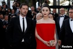 女星范冰冰和男星梅尔维尔·珀波(Melvil Poupaud)出席第70届戛纳电影节主竞赛单元影片《牡丹花下》(The Beguiled)的首映礼(2017年5月24日)。