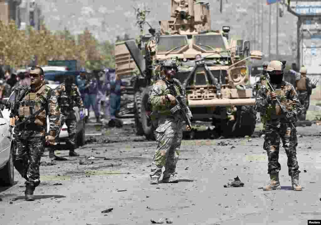 阿富汗安全官员表示,当地时间8月10日,阿富汗一支护航队在首都喀布尔受到北约军队的自杀式汽车炸弹爆炸袭击。至少4名包括小孩在内的阿富汗平民在袭击中丧生,多人受伤。