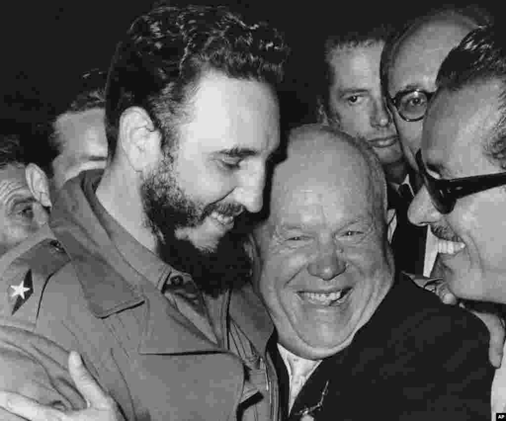 Pemimpin Kuba Fidel Castro dan pemimpin Uni Soviet Nikita Khrushchev berpelukan di Kantor PBB, 20 September 1960. (AP/Marty Lederhandler)