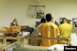 Napi menelepon dari sel mereka di penjara Orange County di Santa Ana, California, 24 Mei 2011. (REUTERS)