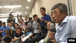 铜锣湾书店店长林荣基在记者会上称,去年10月在深圳被公安扣押,之后乘动车被带到了宁波。