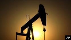 Pompa minyak di ladang minyak Sakhir, Bahrain. Bahrain hari Minggu (1/4) mengumumkan telah menemukan ladang minyak dan gas terbesar dalam sejarah kerajaan kecil itu. (Foto: ilustrasi)