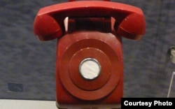 The image of the red telephone at the Carter Presidential Library (photo credit:Wikimedia Commons user Piotrus)