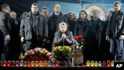 烏克蘭前總理季莫申科 (中)星期六在基輔發表講話