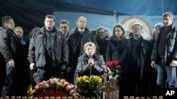 အက်ဥ္းေထာင္က ျပန္လြတ္လာတဲ့ ဝန္ႀကီးခ်ဳပ္ေဟာင္း မစၥ္ Yulia Tymoshenko လူထုကို ဘီးတပ္ကုလားထိုင္ေပၚမွ စကားေျပစဥ္။ (ေဖေဖာ္ဝါရီ ၂၂၊ ၂၀၁၄)