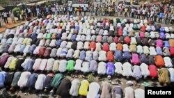 Musulmai na salla yayin da kristoci sun yi masu kariya