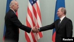 2011年3月10日拜登訪問莫斯科時與俄羅斯總統普京(右)見面資料照。