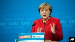 លោកស្រី Angela Merkel ថ្លែងទៅកាន់អ្នកសារព័ត៌មាននៅទីក្រុងប៊ែកឡាំង កាលពីថ្ងៃទី២០ ខែវិច្ឆិកា ឆ្នាំ២០១៦។