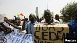 ພວກສະໜັບສະໜຸນທະຫານ ທີ່ກໍ່ລັດຖະປະຫານໃນມາລີ ເດີນຂະບວນ ຕໍ່ຕ້ານປະຊາຄົມເສດຖະກິດຂອງບັນດາ ລັດອາຟຣິກາຕາເວັນຕົກ ທີ່ສະໜາມບິນນາໆຊາດ ໃນນະຄອນຫຼວງ Bamako (29 ມີນາ 2012)