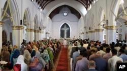 پاکستان کے شہر پشاور کے ایک گرجا گھر میں مسیحی اقلیت سے تعلق رکھنے والے عبادت میں مصروف ہیں۔ (فائل فوٹو)