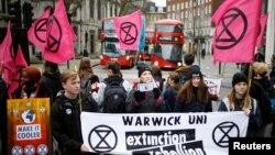 Para aktivis lingkungan hidup dari Extinction Rebellion berdemonstrasi di luar tempat pagelaran Pekan Fesyen London, Inggris, Sabtu, 15 Februari 2020. (Foto: Reuters)