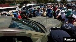 Sinh viên chận một chiếc xe của quân đội ở ngoại ô thủ phủ Chilpancingo, bang Guerrero, Mexico trong khi phong tỏa một con đường đòi phải trả các sinh viên mất tích hôm 26 tháng 9 về an toàn,