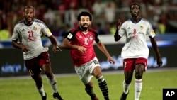 Mohamed Salah à la lutte pour le ballon contre le Delvin N'Dinga et Tobias Badila lors du match de qualification de la Coupe du Monde 2018 au stade Borg El Arab à Alexandrie, en Egypte, le 8 octobre 2017 .