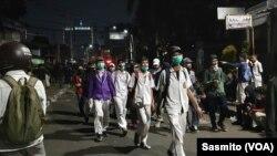 Banyak pelajar Sekolah Menengah yang berusia di bawah 18 tahun ikut dalam aksi demonstrasi di sekitar Gedung DPR, Jakarta (30/9). (Foto: VOA/Sasmito)