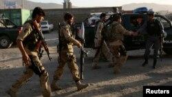 Lực lượng an ninh Afghanistan đến hiện trường sau một vụ tấn công ở Kabul, ngày 10/6/2013.
