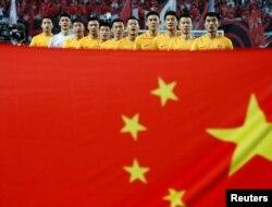 2018 러시아 월드컵 본선 진출을 위한 한국-중국전 경기가 지난 2016년 열린 가운데 중국 축구팀이 경기 전 국가를 따라부르고 있다.