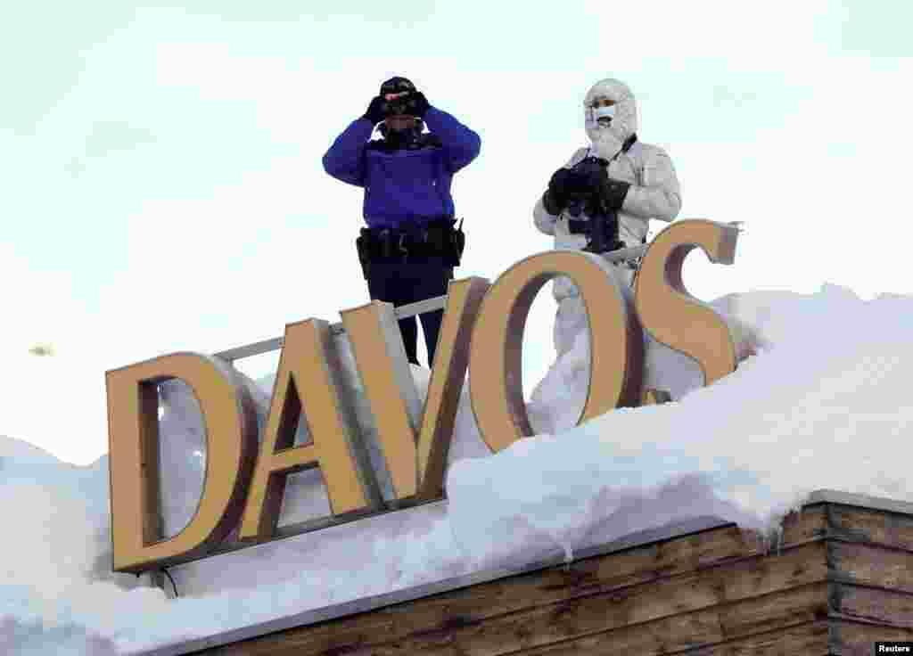 پلیس سوئیس در حال بازرسی اطراف منطقه مجمع جهانی اقتصاد داووس سوئيس می باشد. جایی که در آن قدرتمندترین رهبران جهان گرد هم می آیند.