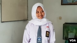 Tania, siswi SMA 4 Solo berseragam sekolah saat ditemui di sekitar kompleks sekolahnya, Selasa (12/3). (VOA/Yudha)