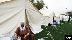 Người sống sót sau trận động đất nấu nướng bên ngoài túp lều ở Ercis, thành phố Van, Thổ Nhĩ Kỳ, ngày 27/10/2011