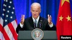 El vicepresidente Joe Biden, habla en el hotel St. Regis, en Beijing, antes de salir hacia Corea del Sur.