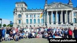 DAS Berlində Angela Merkelin iqamətgahı qarşısında aksiya keçirib