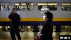 10月25日﹐在日本發生地震後﹐一名行人在子彈火車站的月台上走過。