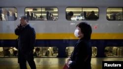 Dua orang penumpang menunggu kereta di stasiun Tokyo, Jepang (foto: dok). Seorang pria tewas setelah membakar diri di kereta dari Tokyo menuju Osaka.