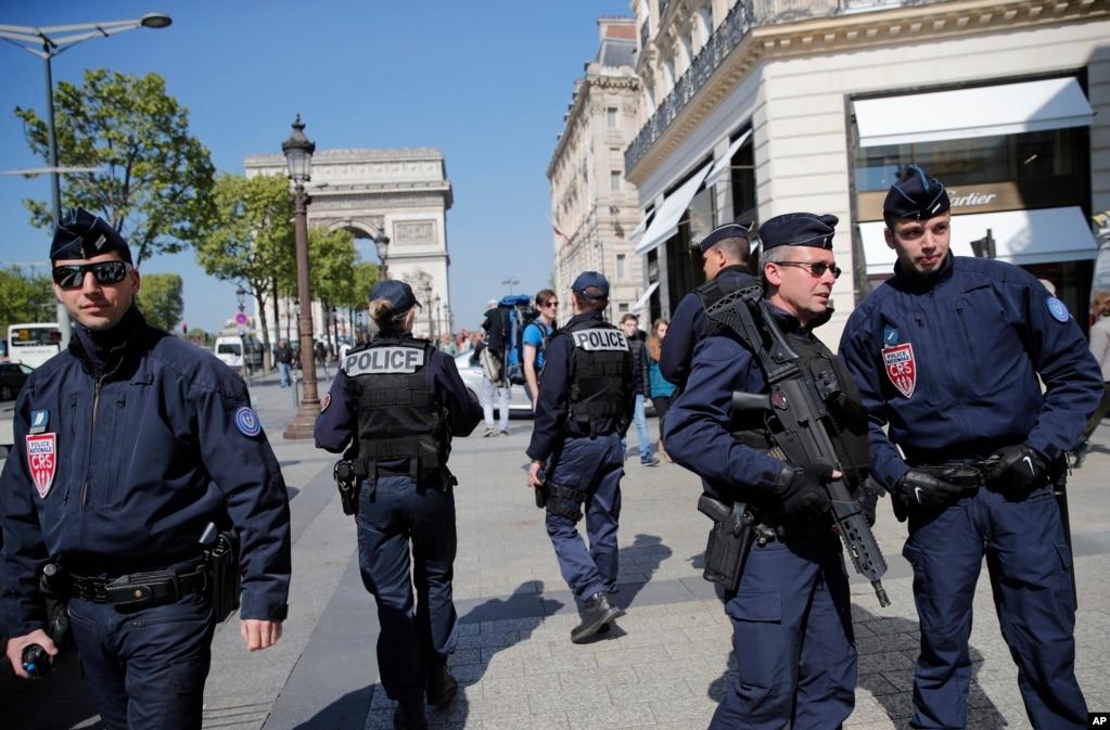 大選在嚴密保安下準備和進行,警察在巴黎香榭麗舍大街巡邏(2017年4月21日)