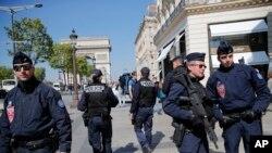 فرانس میں دہشت گردی کے متعدد واقعات کے بعد سیکیورٹی ہائی الرٹ ہے۔ پیرس کے شاپنگ مرکز شازنزی میں پولیس کا گشت۔ اپریل 2017