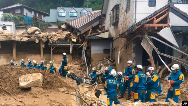 Para petugas penyelamat dikerahkan di Hiroshima, Jepang untuk mencari para korban hari Senin (9/7).
