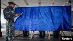Cử tri đi bỏ phiếu trong cuộc bầu cử tổng thống tại làng Desna trong khu vực Chernihiv của Ukraine, ngày 25/5/2014.