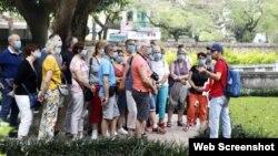 Du khách và người dân bắt buộc phải mang khẩu trang ở nơi đông người từ hôm 16/03/2020. Photo Phunu Online.