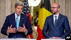 Ngoại trưởng MỹJohn Kerry (trái) và Thủ tướng Bỉ Charles Michel đưa ra thông báo chung tại Brussels, Bỉ, ngày 25/3/2016.