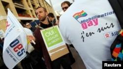 Des supporters du mariage gay devant la mairie de Marseille le 23 avril 2013, après l'adoption par le parlement de la loi autorisant le mariage homosexuel en France