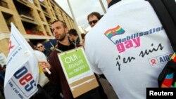 Ljudi se okupljaju na demonstracijama u znak podrške usvajanju zakona o gej brakovima ispred gradske skupštine u Marseju.