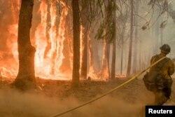 지난달 미국 캘리포니아주 요세미티 국립공원 인근에서 소방관이 산불을 진화하고 있다.
