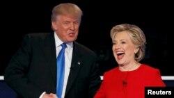 هیلاری کلینتون (راست) و دونالد ترامپ پس از پایان نخستین مناظره تلویزیونی خود در نیویورک - ۲۶ سپتامبر ۲۰۱۶