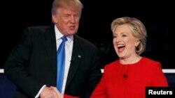 Ông Donald Trump bắt tay bà Hillary Clinton khi kết thúc cuộc tranh luận tổng thống đầu tiên tại Đại học Hofstra ở Hempstead, New York, 26/9/2016.