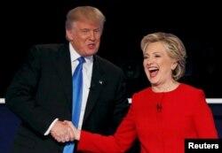 美国共和党总统候选人川普和民主党总统候选人克林顿在第一次辩论后握手(2016年9月26日)